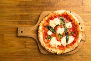 Pizza uchvátila svět. Jak se pokrm připravuje a jaké druhy jsou nejoblíbenější?